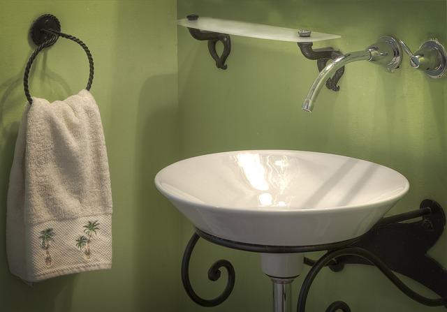 正確的做法是到洗手台,利用溫涼水(不是熱水、也不是冷水)洗臉,因為細緻的肌膚需要溫水打開毛孔,仔細清潔後,再用冷水潑濕洗淨。長期花三分鐘正確的洗臉,臉上才不會留有殘妝髒污,絕對比在洗澡時匆忙洗臉還乾淨許多!
