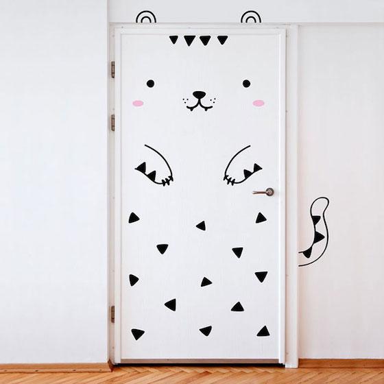 貼上貼紙,平凡的門搖身一變成了可愛的動物或怪獸,原本的空間也變得像是繪本般,充滿奇幻童趣。