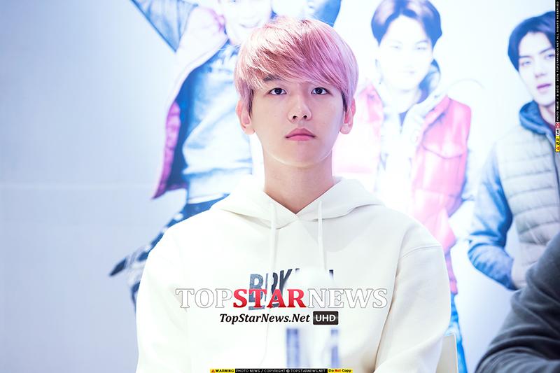 剛染成可愛的小粉紅頭髮不久的伯賢 看起來皮膚更白了啊~(尖叫)