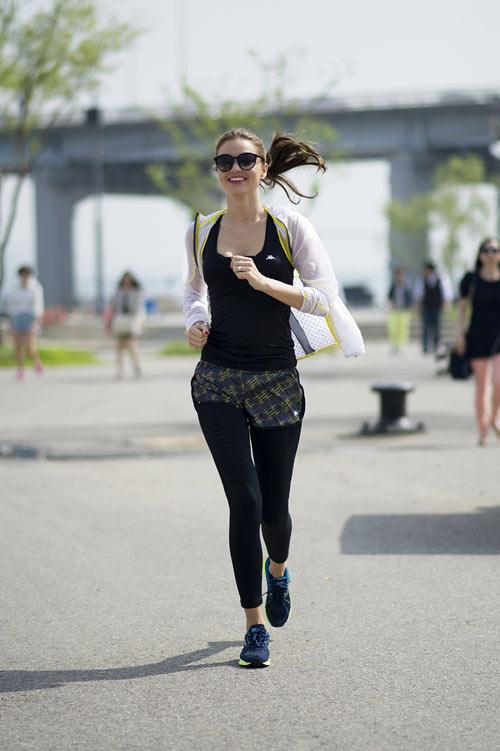米蘭達·寇兒(Miranda Kerr)拜訪韓國的時候, 有一天早上被拍到在漢江跑步的照片而引起話題.