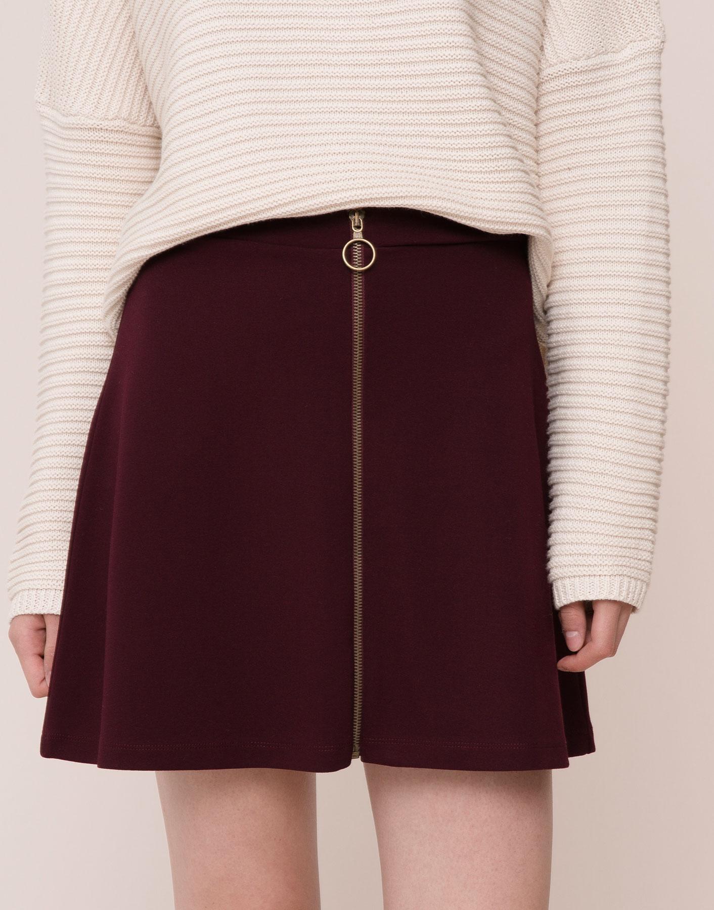 拉鍊式的設計,從金色拉環細節出發搭配酒紅色的布料,創造出休閒但是不失女孩兒氣息的短裙設計!