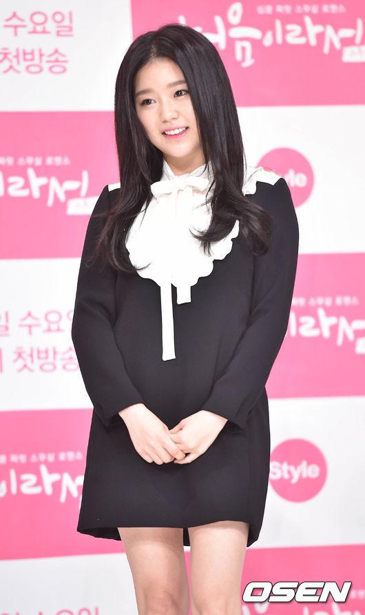 最近站在話題浪頭上的人物,就是這位名叫「曹慧靜」的演員 因為之前還只是懷抱著演戲的夢想卻只能跑跑龍套的角色 卻一夕之間能和珉豪一起合作新戲 成為主角群之一而引起了韓國網友的反彈