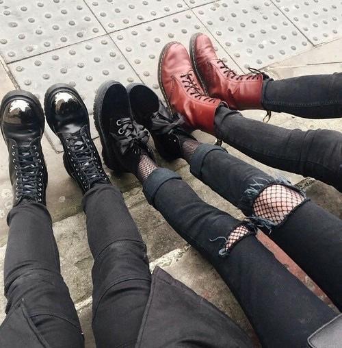 即使到現在,相信也是很多女生出門的首選,一雙黑色的馬汀,搭牛仔褲、緊身褲,怎麼配怎麼好看。