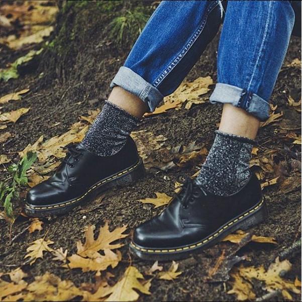 就算今天想要隨意搭配,一雙素色的襪子,也能做出簡單大方的造型,不管任何場合都想穿著馬汀鞋出門啊!