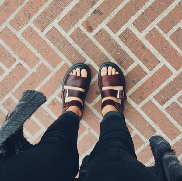酒紅色的鞋款,低調中顯現個性,特別適合搭配可愛的襪子,讓雙腳成為閃閃發光的注目焦點!