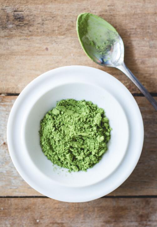 綠茶是最適合痘痘肌的,可以鎮定痘痘肌,除此綠茶富含比檸檬高出5~8倍的維生素C,可以淡化抗氧化黑色素,美白皮膚。所含的維生素A對增加皮膚彈力有非常明顯的功效。