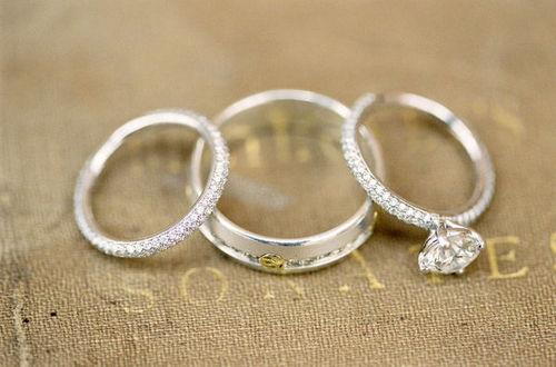But, 寶石戒指平時戴會太有負擔感... 因為這樣有些人還會再去做一個平時可以戴的結婚戒指!