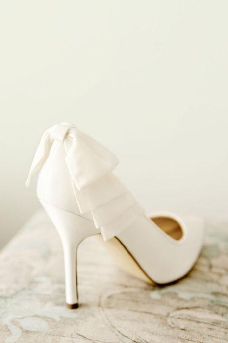在婚紗是全白的情況下我找了一些適合的婚鞋.