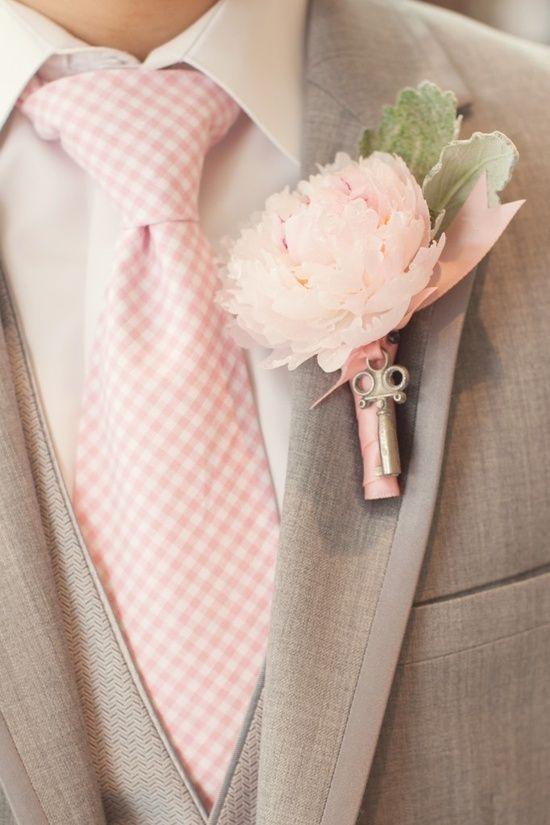 聽說男生的各式各樣西裝上的釦子洞洞 是為了插花而做的. 給暗沉的新郎一些美麗感吧