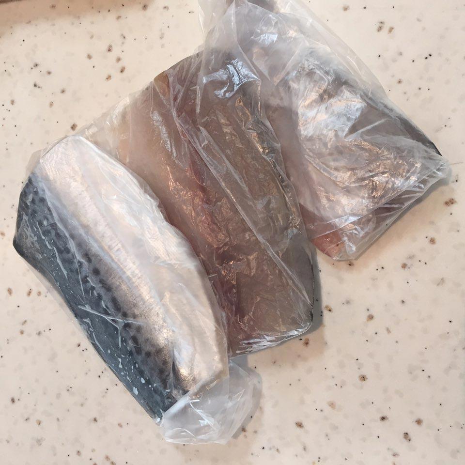剩下的魚塊用塑膠袋分別裝著放進冷凍室保管,想吃的時候就拿出一塊煎一下就好了。