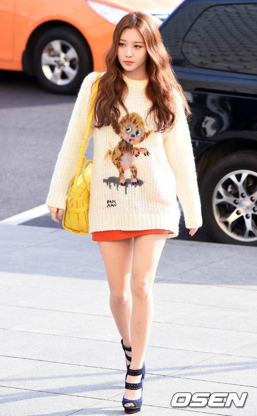 說到具有可愛圖案的上衣,Girl's Day 的Yura則是以針織衫搭配短裙,創造出女人味十足的風格。