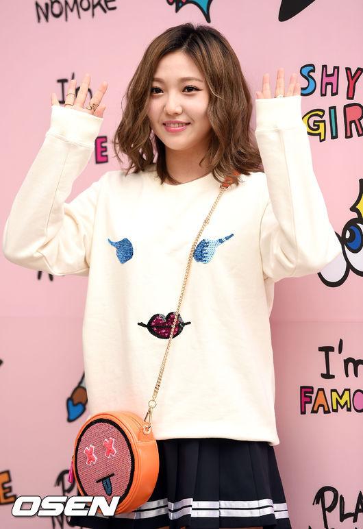 Miss A 的Min 參加活動時,以寬鬆的上衣搭配百褶裙,修飾身材之餘,再背上可愛的包包,提升整體的造型完成度。