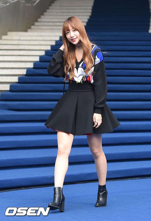 EXID的哈妮看似全身黑,不過太空棉材質的澎裙設計看起來卻不會很沉重。