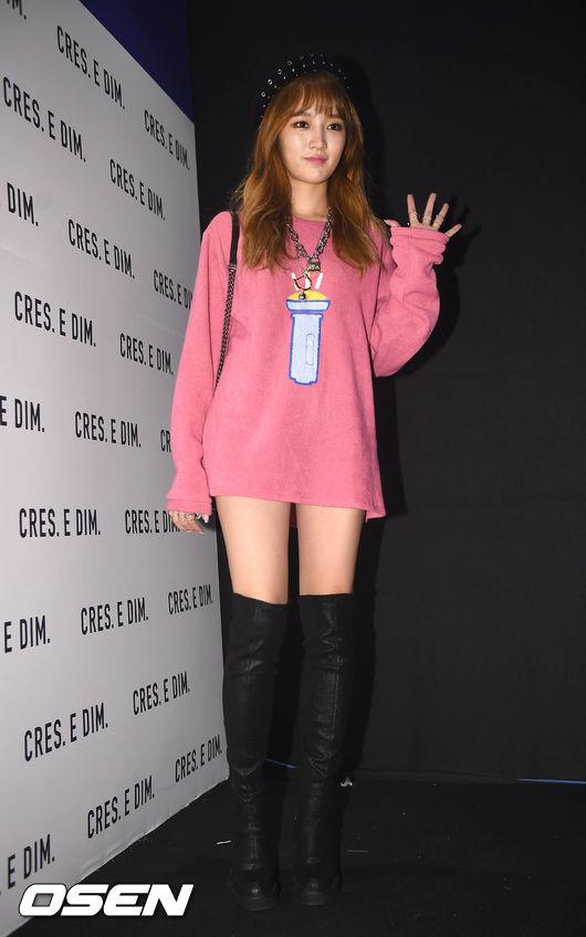 Miss A 的Jia 參加首爾時裝週時,和其他人盛裝打扮的風格不同,Jia選擇了呈現真實可愛面貌的造型,而上衣的恰好長度與顏色則多了一分惹人憐愛的感覺。