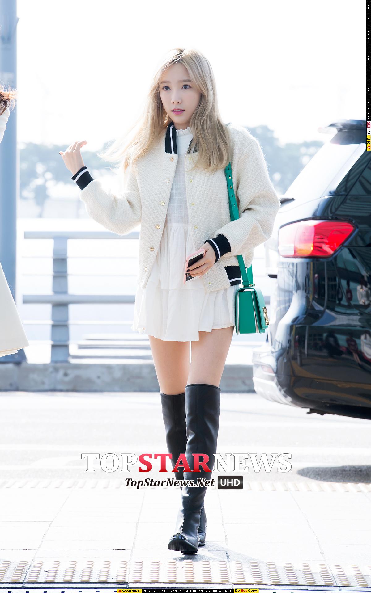 太妍雖然以少女風格十足的連身裙搭配膝上靴,不過因為加上棒球外套,可愛之餘也不失混搭的時尚感。