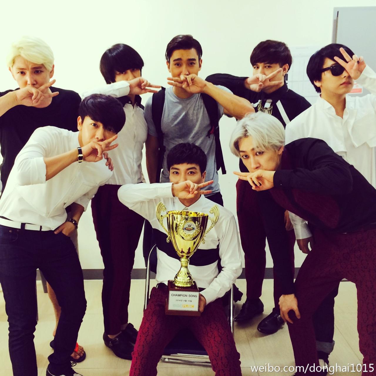 這種剪刀手比法都快變成 Super Junior 的官方手勢了啦(大笑)