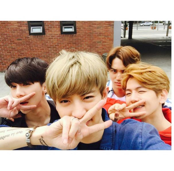不只是 SJ 自己會比,連 EXO 都會喔! 就說這樣會超小顏吧,快看看 oppa 們臉都要被手指全部擋住了啦XD