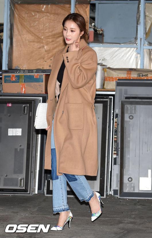 演員安慧京用有型的牛仔搭配亮眼的高跟鞋 不刻意強調曲線卻又散發慵懶時尚穿搭就完成了!