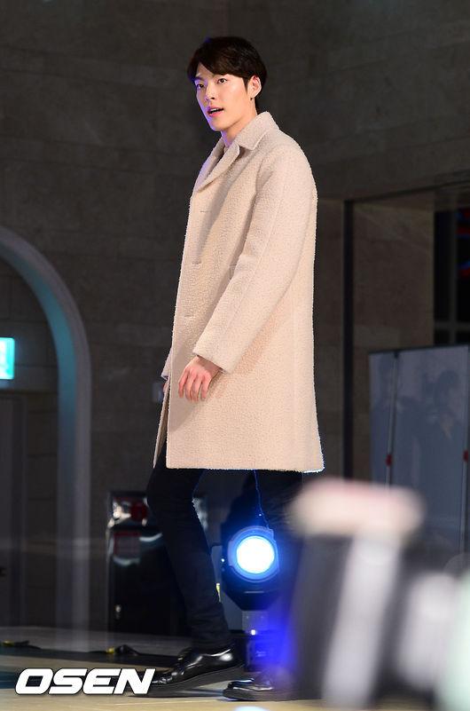 選擇棕色系中較淺色系列大衣的金宇彬 讓他有別於平時散發男人氣息的形象展現紳士的一面♥