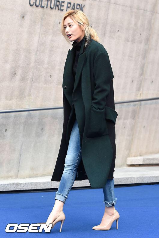 不愧是模特出身的Nana 展現她纖細又高挑的身材 暗色系的多彩大衣也是想擺脫常見的棕色系大衣時的好選擇