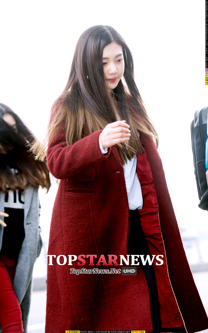 Red Velvet的 Joy 選擇了和唇色相襯的紅色系大衣