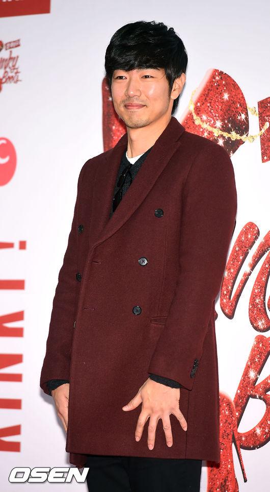 擺出害羞表情的中年花美男演員俊秀阿爸 暗紅色的短版大衣打造出適合年紀卻又不無聊的造型