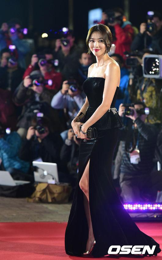作為演員的吳允兒,身高170cm,氣場十足 ... 看起來很年輕,皮膚也好,身材也好... 小編真的不敢相信她居然是孩子的馬麻!!