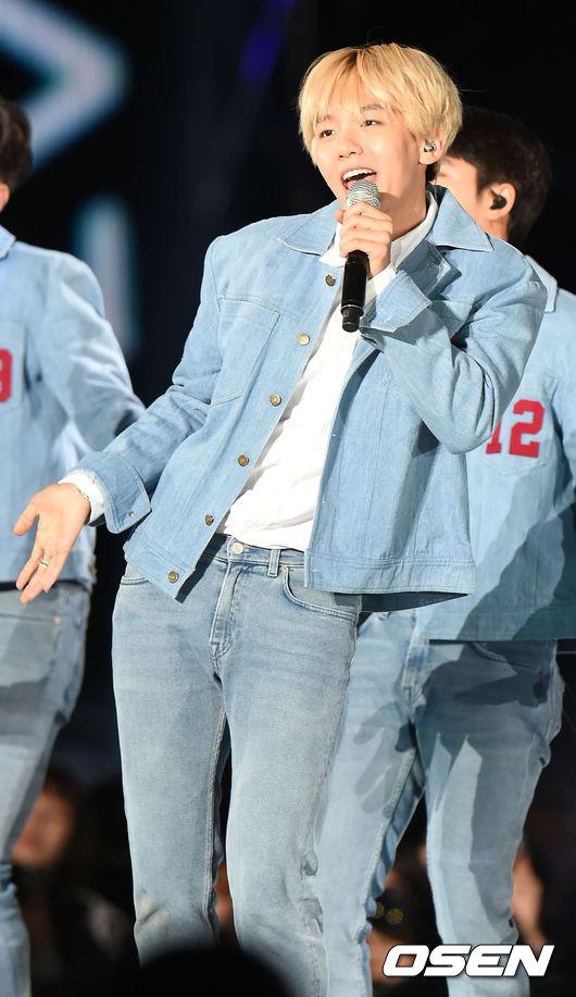 想不到...該來的還是來了EXO的伯賢 不過好消息是伯賢自己曾在演唱會上透露 因為世界上好吃的食物太多 所以他本人目前是還沒有起心動念要練身材的~ (說完小編鬆了一口氣)