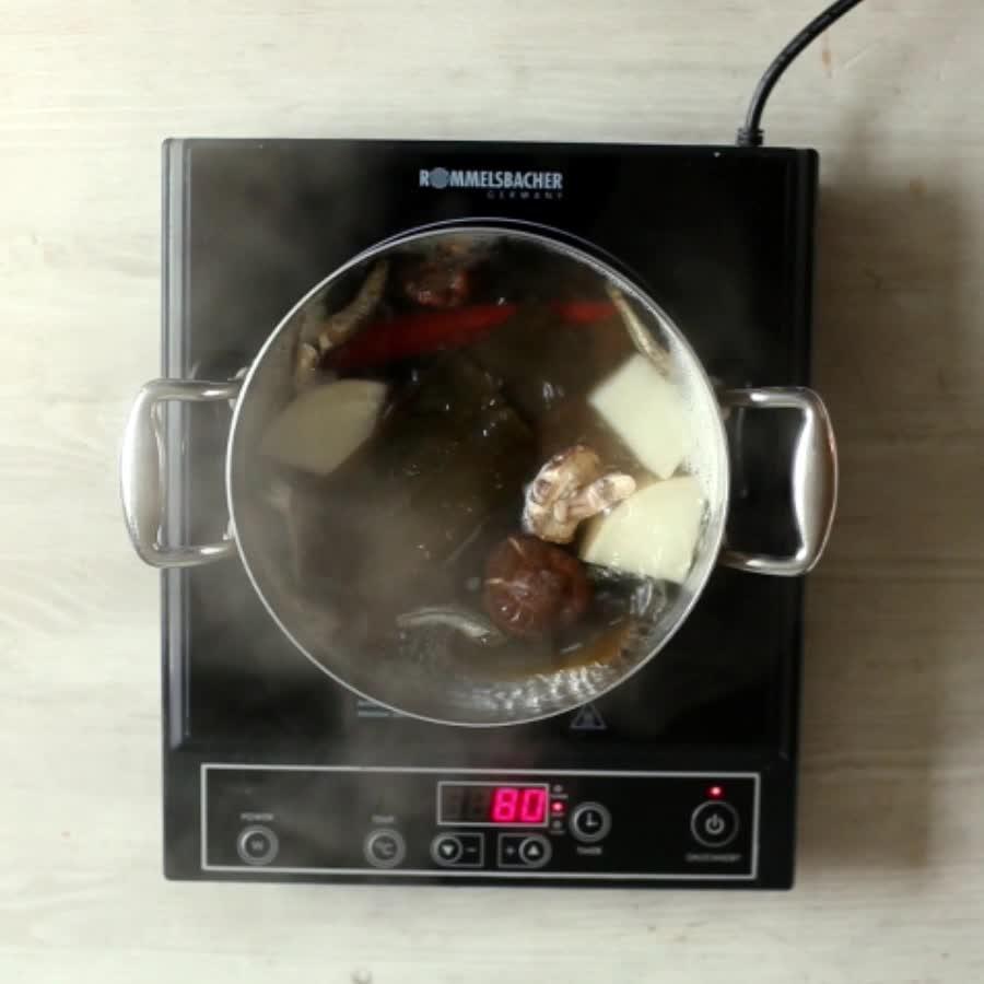 涼風習習,配上一碗熱騰騰的魚糕湯...這是韓國鄉民在秋季最愛的一道菜單!香濃爽口的魚糕湯的秘密就隱藏在高湯中...今天就跟著小編一起來學習一下高湯的製作要領和魚糕的製作方法吧....筆記筆記... 這樣在家也能吃到最正宗美味的韓式魚糕湯囉~