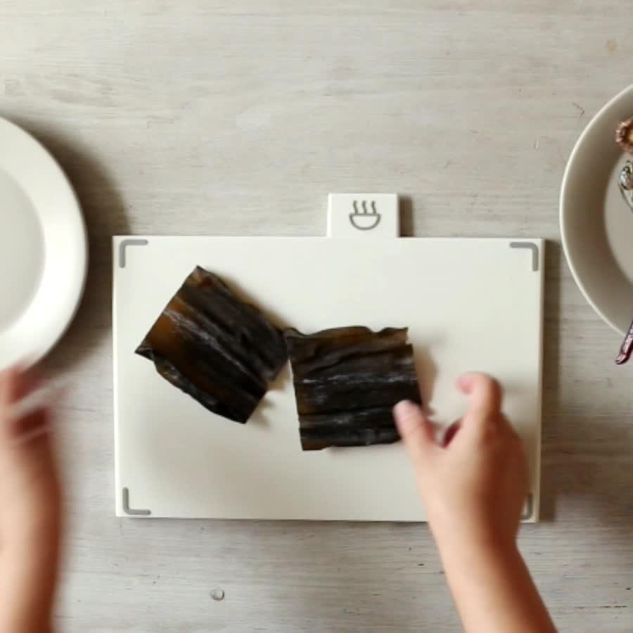 食材要美美噠才有食慾♥...(原諒處女座的小編)... 用紙把海帶擦拭乾淨,蘿蔔切塊,洋蔥去皮切兩半,乾辣椒剪開去籽!