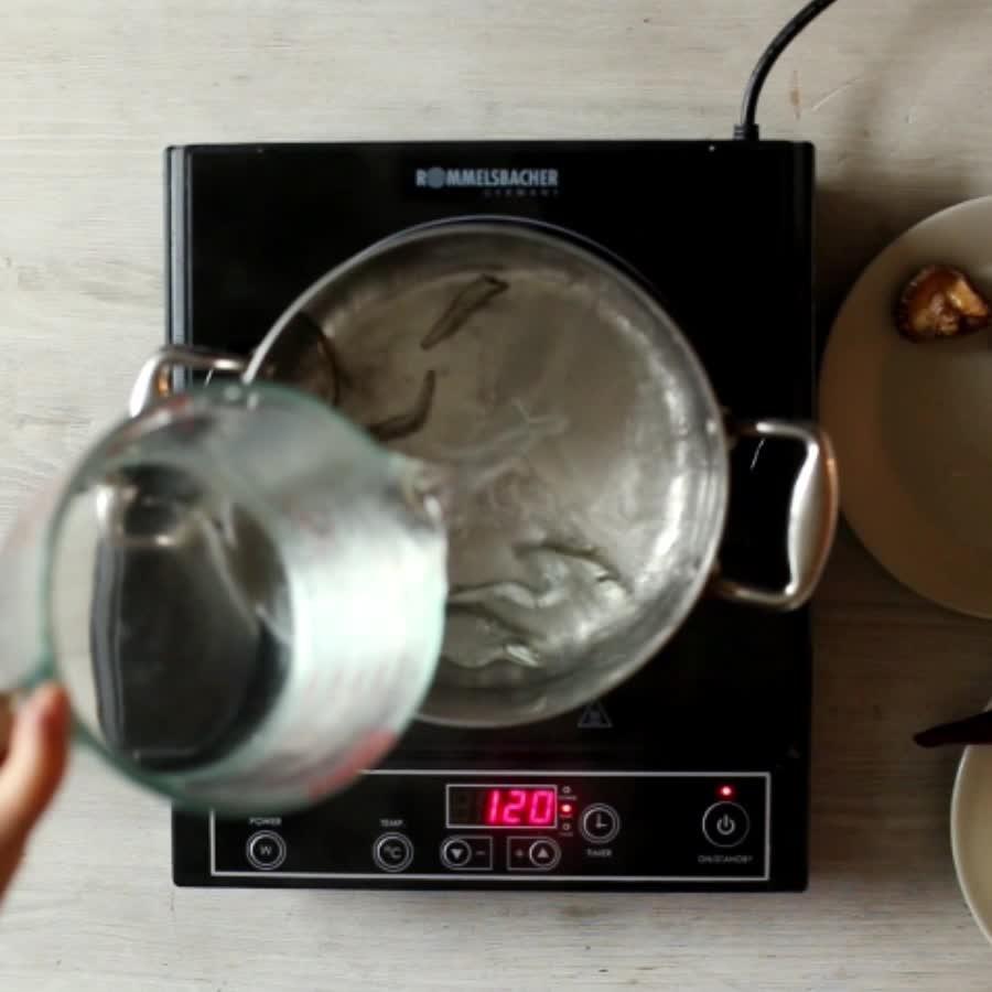 之後加水,把清理好的海帶、蘿蔔、洋蔥、辣椒和清酒倒入,一起煮! 不要蓋鍋蓋,這樣可以散去清酒中的酒精味... 中火煮20分鐘后撈出材料...這樣香濃的高湯就完成啦!