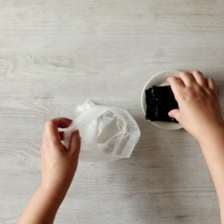 把烤好的紫菜放在袋子裡搗碎!..這樣做是為了防止紫菜末散落,方便清理~