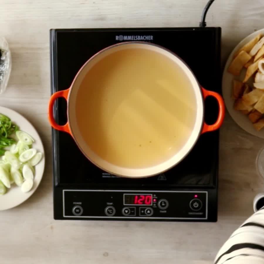 在平底鍋裡倒入8杯剛才做好的高湯,加入韓式醬油、濃醬油、鹽、清酒和辣椒粉,之後攪拌均勻!
