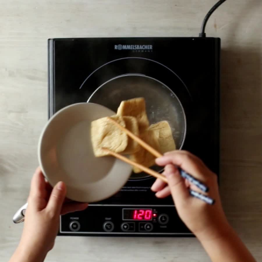 把油豆腐放在開水中煮3分鐘左右後,在冷水中涮洗一下