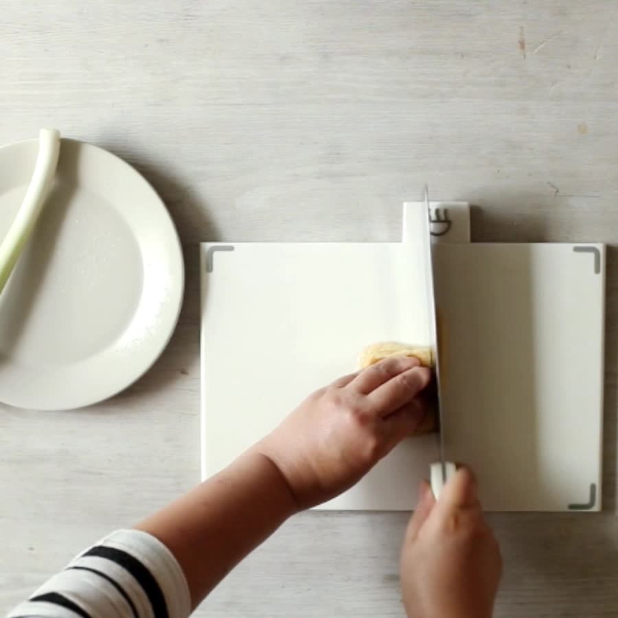 然後把油豆腐和大蔥切成條