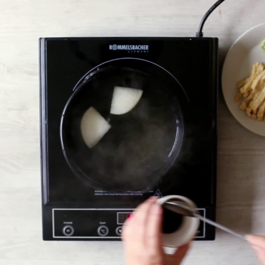 在平底鍋裡倒入8杯剛才做好的高湯煮開,放入濃醬油和韓式醬油,攪勻!可以放入魚糕串囉~