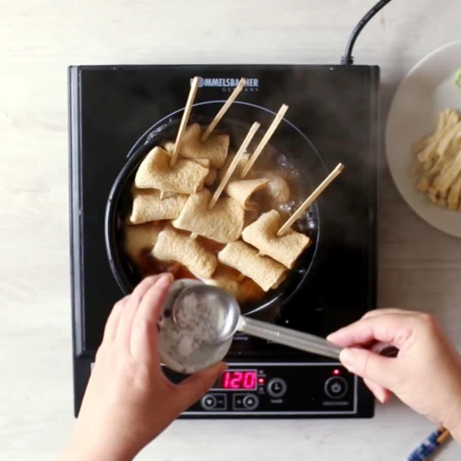 煮開之後,可以盛一點湯試試味道是否合適...再加入油豆腐和大蔥煮10分鐘就可以了!...