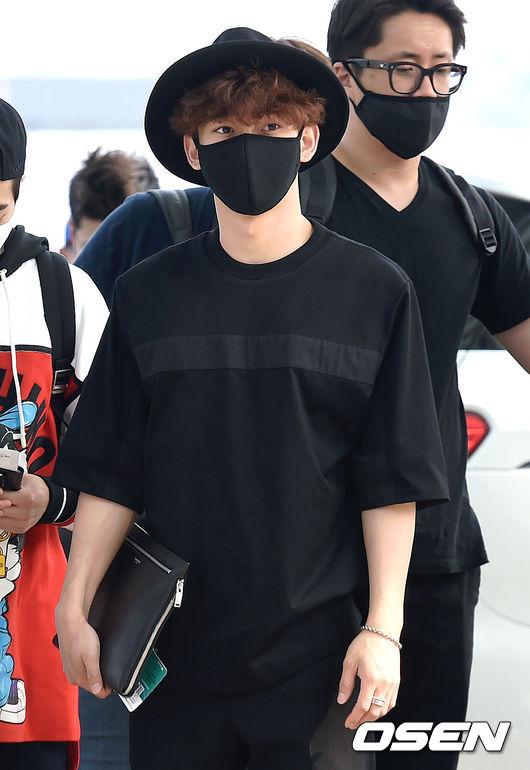 那麼男星戴起來感覺怎麼樣呢?由澎髮的Chen示範,一身黑的造型,凸顯了髮色與捲度。