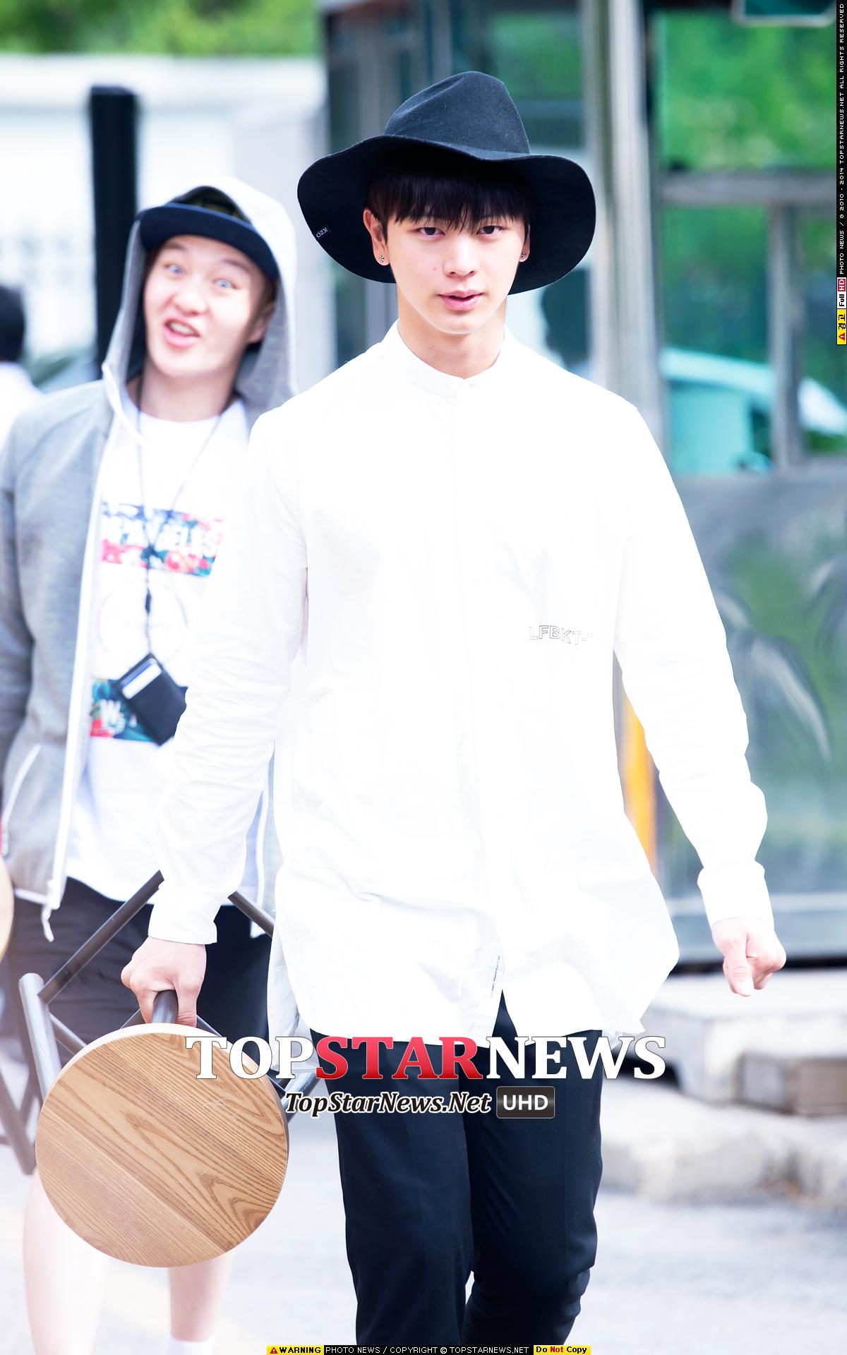 BTOB忙內星材在上班路上以白襯衫搭配軟沿寬帽,但是手提凳子怎麼有種文藝混混的感覺?(我絕對不會說後面的昌燮比較吸引我)