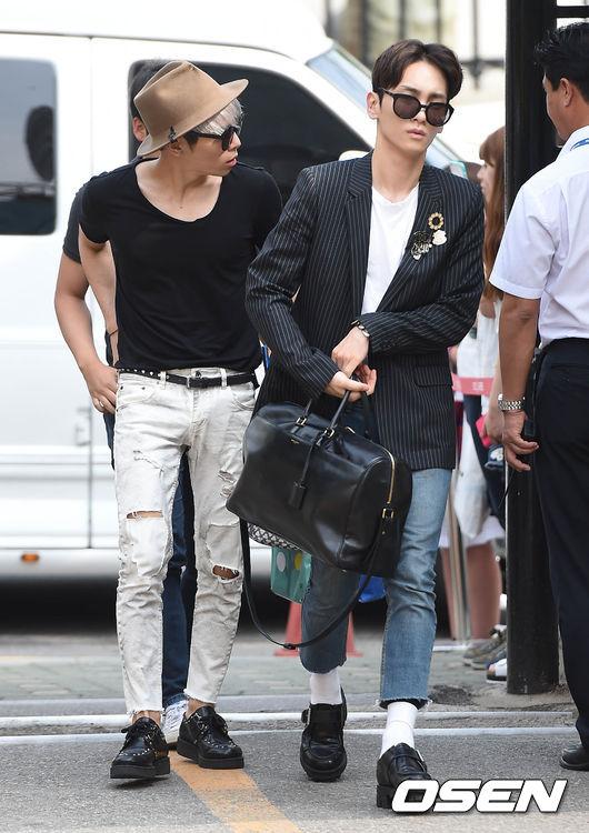 鍾鉉也曾在活動期間以駝色紳士帽搭配簡單的造型去上班!