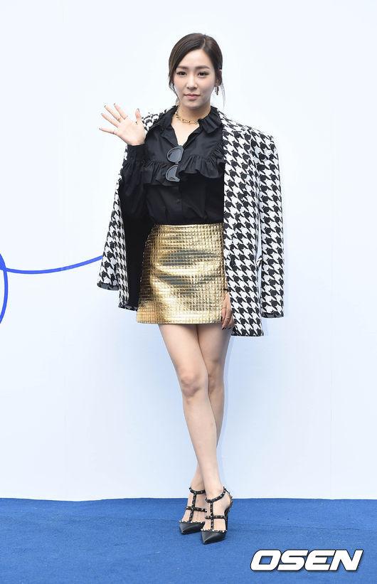 少女時代Tiffany是出了名的會打扮,這次出席首爾時裝周以一款自然斜分紮髮亮相,前髮隨性的散落,帶出柔美感的修飾臉型。
