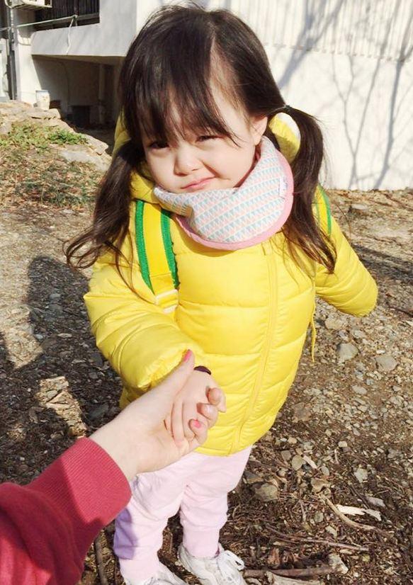 在日本人的媽媽與韓國人的爸爸之間出生的她