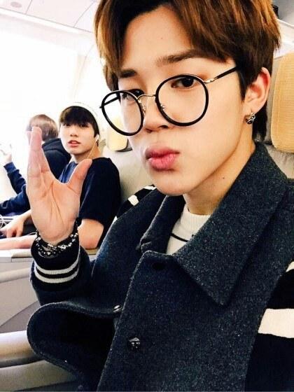 同樣是 BTS 成員的 Jimin 則是戴黑色的圓圓眼鏡。