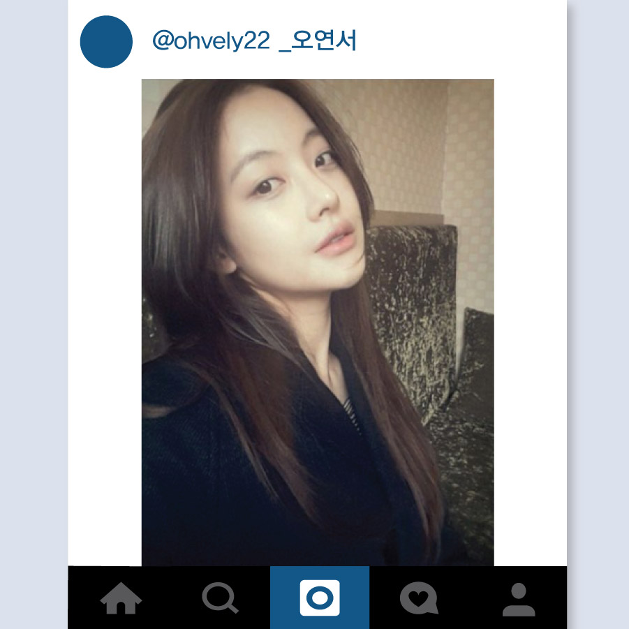 最近越來越美的吳漣序. 最近她的Instagram裡上傳了很多充滿清純美的日常生活自拍照. 其中最引人注目的就是素顏自拍照. 修長的頭髮以及閃閃發亮的皮膚, 稍微抬起下巴來讓臉看起來更尖.