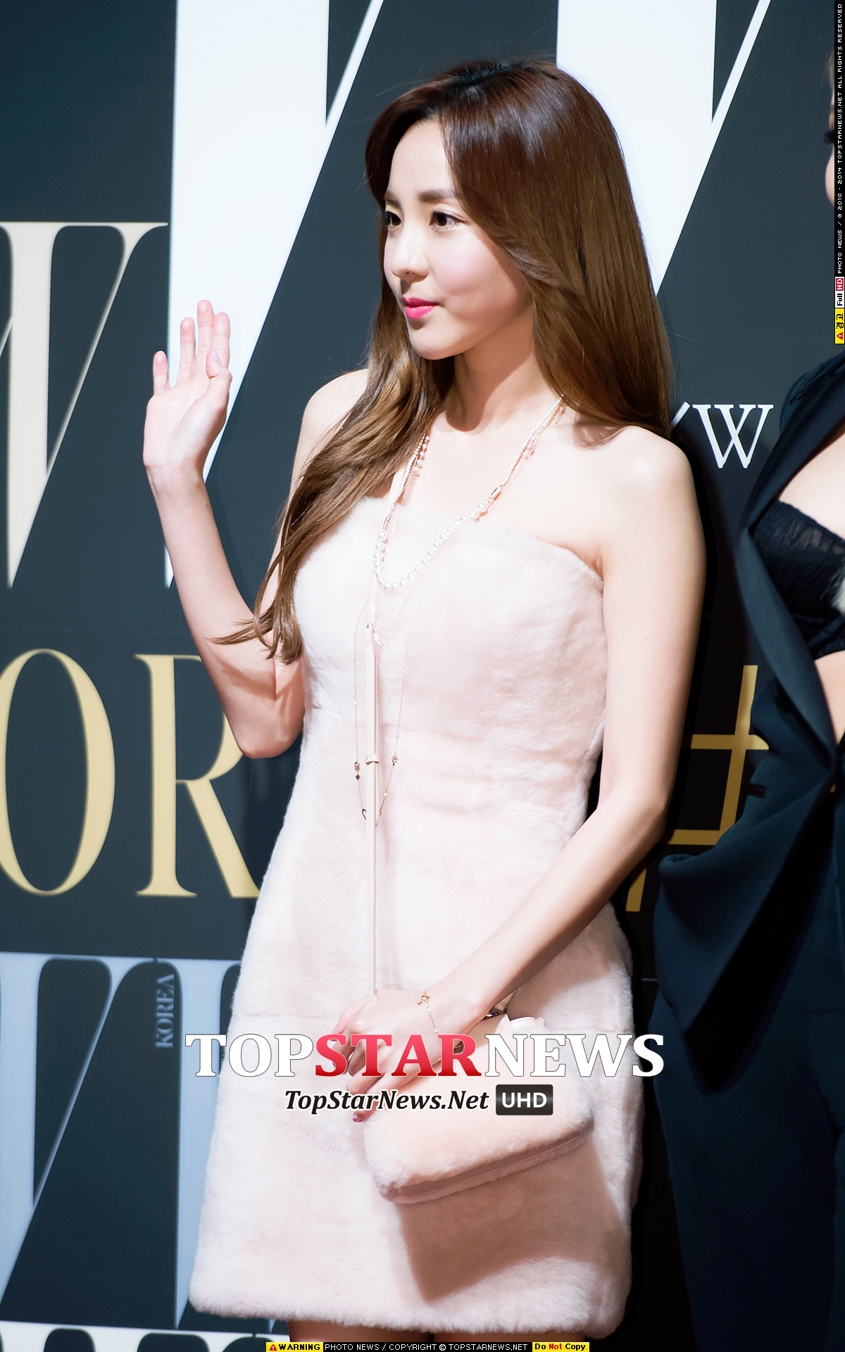 2NE1 Dara也來了!和CL做出截然不同的風格造型,粉嫩的春妝造型非常適合她。