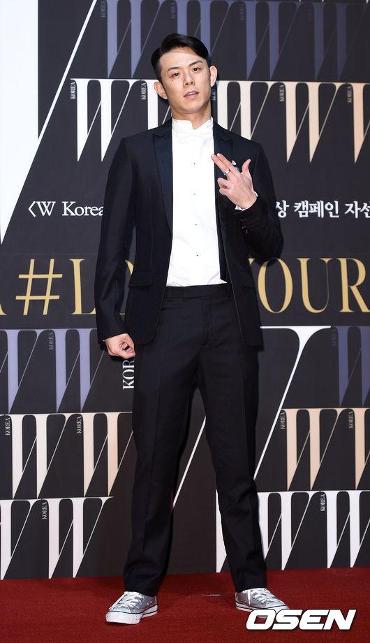 鮮少露面的Rap歌手Beenzino也有出席活動喔!以銀色帆布鞋取代皮鞋的選擇果然不同!