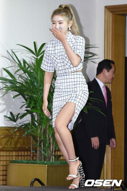 昭賢還真是大愛開叉裙啊!各個場合都能看到出境的開叉裙。
