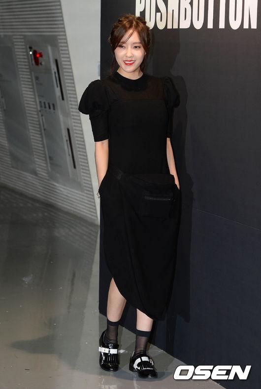 高個子的女生還可以選一款孝敏這樣的,只在一側微微開叉的長款修身連衣裙,絕對是最低調的性感。