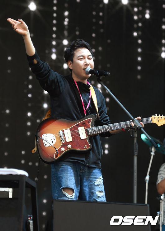 因為是Mnet選秀節目出生 而被三大台的潛規則聯合封殺的他們 在2013年發行的《Love at first》依舊靠著音源的好成績突圍拿下第一