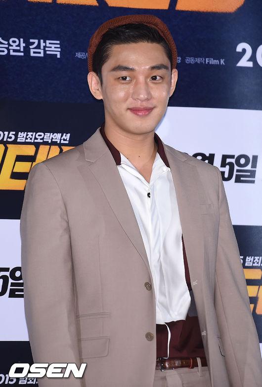 不光是女星們愛,男星們也很寵,大勢演員劉亞仁在宣傳新戲《老將》時也是西服+貝雷帽。